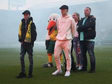 Ongeneeslijk zieke Dani (21) overladen met voetbalshirts: grootheid Messi hangt naast Haagse held Beugelsdijk