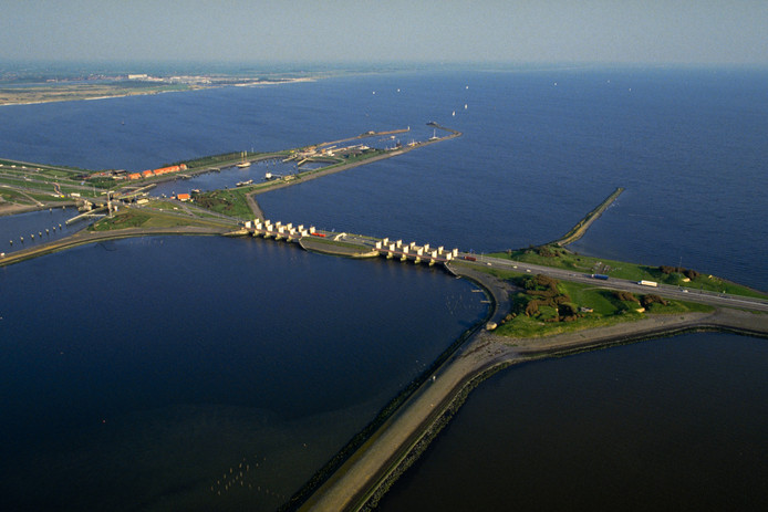 De sluizen bij Kornwerderzand in de Afsluitdijk