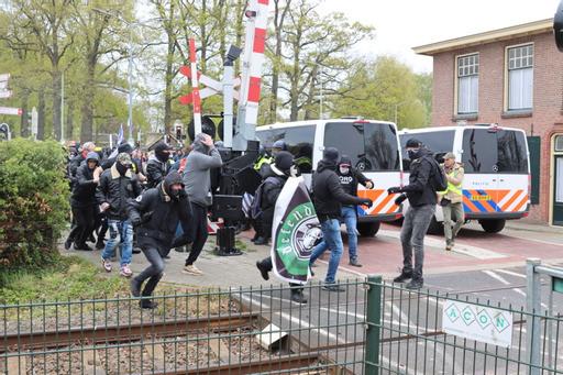 De demonstranten rennen het centrum van Barneveld in.