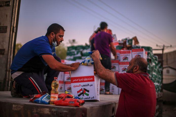 Hulpgoederen worden aan de grensovergang tussen de Gazastrook en Egypte uitgeladen. Archiefbeeld.