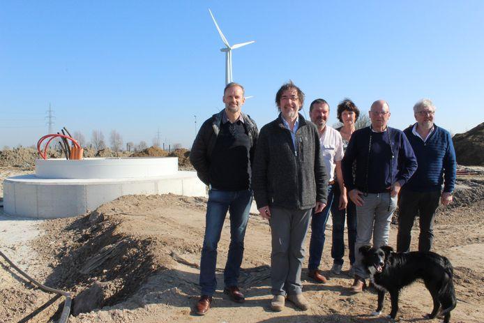 Enkele coöperanten van Volterra, bij de fundering waar in april een windmolen op gebouwd wordt. Vooraan staat Marc De Vos.
