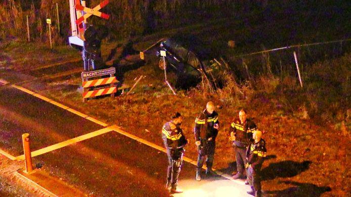 Op de Euregioweg in Enschede heeft een auto een spoorwegovergang geramd. De bestuurder is spoorloos.
