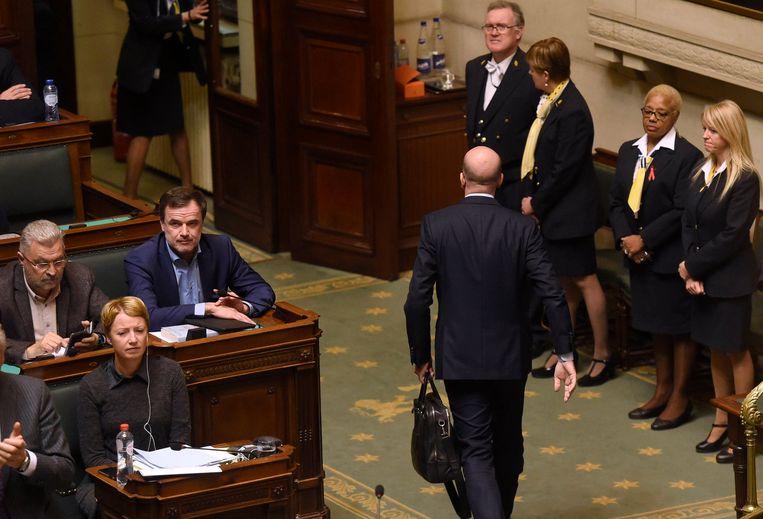 Premier Michel verlaat de Kamer en vertrekt naar de koning. Beeld Photo News