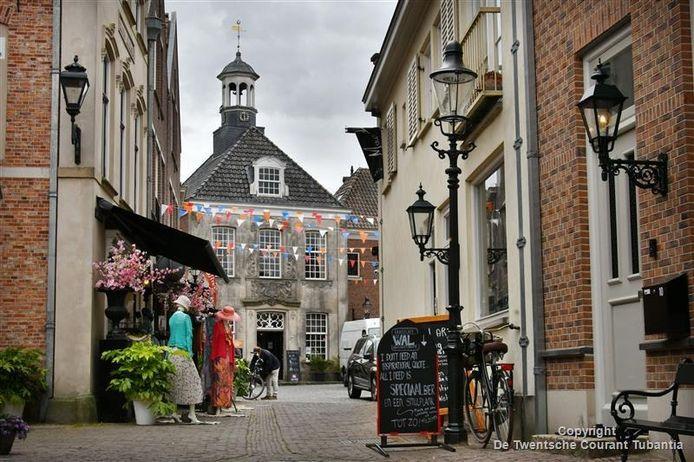 Op Koningsdag is de eerste Vorstelijke Wandeling door het stadshart van Ootmarsum. Deelnemers gaan op zoek naar het fortuin van Koning Othmar.