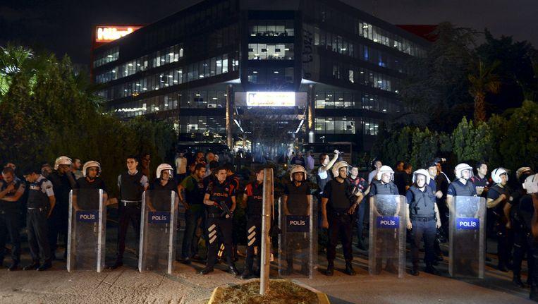 Archieffoto. Turkse politiemannen beschermen het hoofdkwartier van Hurriyet, een Turkse krant.