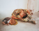 """Kaweh: ,,Dit is mijn mooiste foto. Het meisje sliep en haar moeder had een doek onder haar gezicht gedaan, ik deed haar na."""""""