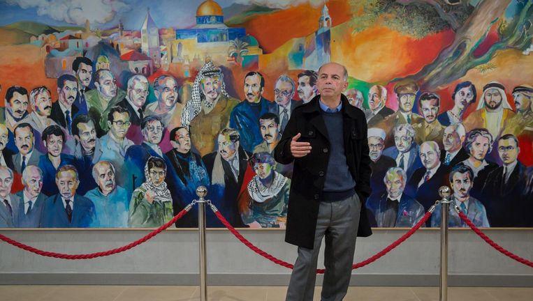 Directeur Mohammad Halayka in het Arafat Museum in de Palestijnse stad Ramallah. Beeld Cigdem Yuksel