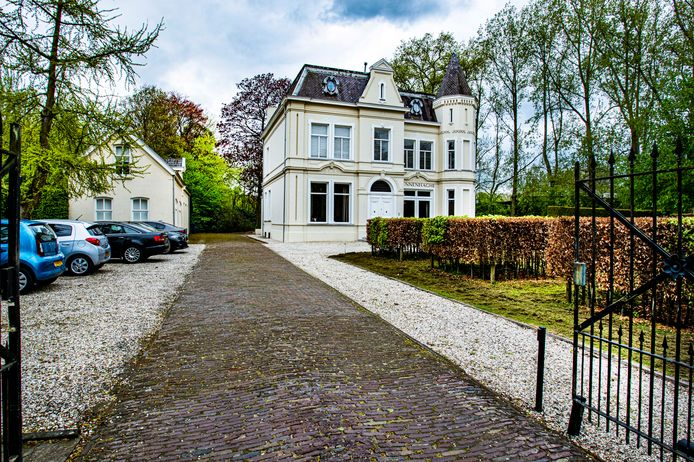 Villa Dennenhaghe aan de Koningshoeven werd in 1850 gebouwd door wolfabrikant Caspar Houben sr. Het doet nu dienst als kantoor.