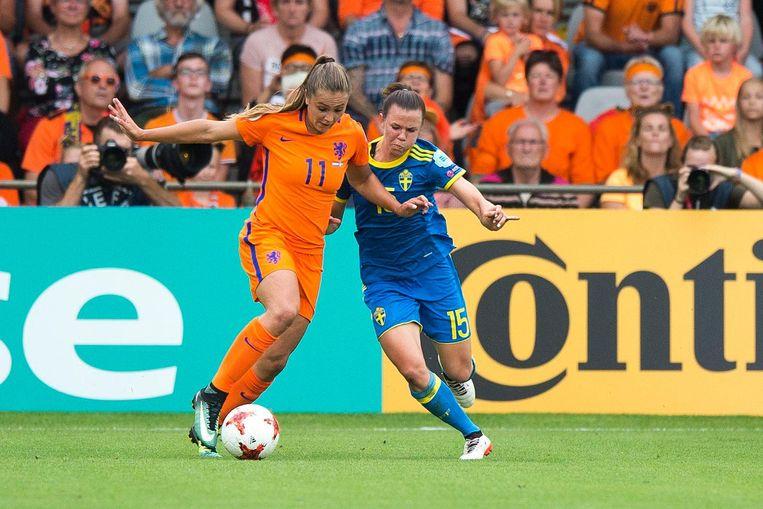 Lieke Martens in actie tegen Jessica Samuelsson van Zweden Beeld photo_news