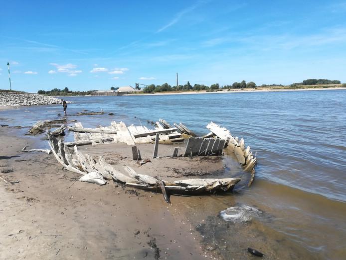 De restanten van het dynamietschip bij Spijk.