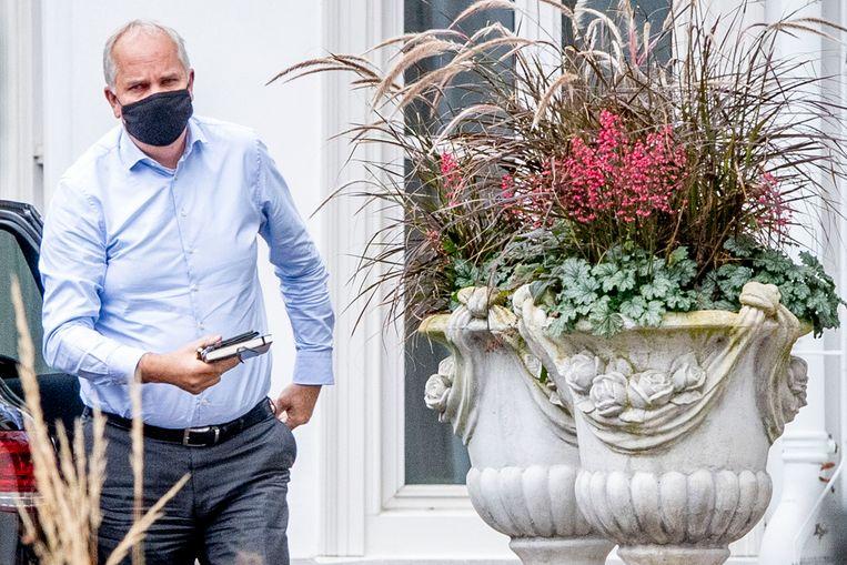 Pieter-Jaap Aalbersberg, Nationaal Coördinator Terrorismebestrijding en Veiligheid, arriveert bij het Catshuis voor een overleg over het coronavirus.  Beeld Robin Utrecht