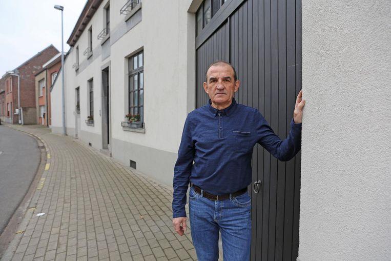 Kinesist André De Wilde voor zijn garagepoort, waar hij aangevallen werd.