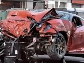 Horrorcrash in Singapore: Ferrari ramt taxi vol in flank