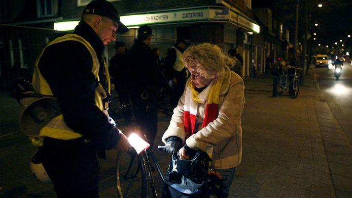 Het aantal bekeuringen dat de politie uitdeelt voor fietsen zonder licht is de laatste jaren spectaculair gedaald.