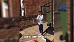 Verjaren in lockdown: Hele buurt verrast jarig meisje en zingt 'Happy Birthday'