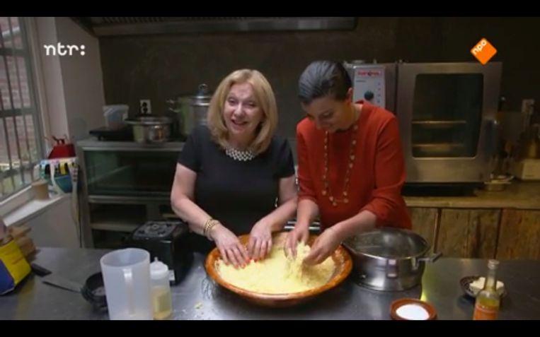 Janny van der Heijden en Nadia Zerouali maken samen couscous. Beeld Maaike Bos