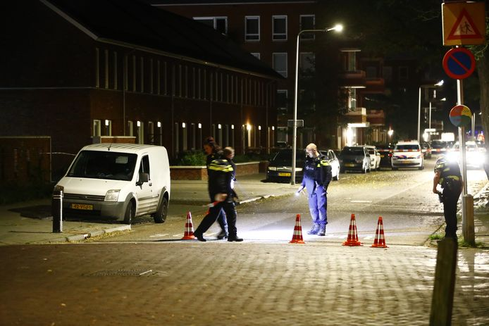 De politie doet onderzoek op de kruising na een melding van een schietpartij in Zwolle, op 26 oktober vorig jaar. Emin Y. zat in het witte busje en raakte gewond. Volgens justitie schoot hij zelf terug op de Clio van waaruit op hem werd gevuurd.