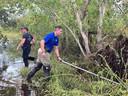 Politieagenten speuren het moeras af voor de alligator die Timothy Satterlee zou hebben aangevallen.