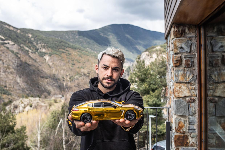 YouTube-ster Julio Corbacho toont bij zijn huis van 1 miljoen euro in Andorra een miniatuurversie van de gele Porsche die hij bezit. Beeld César Dezfuli