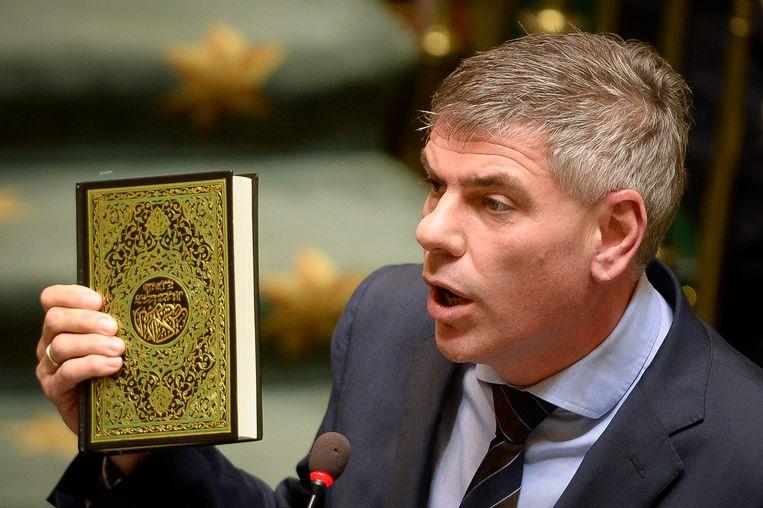 VB-boegbeeld Filip Dewinter zette vorige maand de Kamer op stelten door met een Koran te zwaaien.