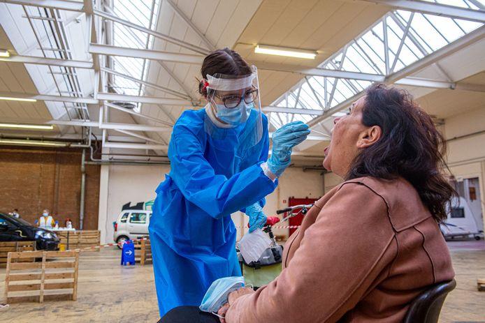 GGD-medewerker neemt test af in teststraat Veenendaal.