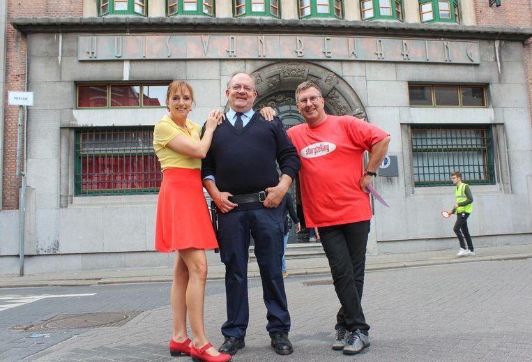 Directeur Lode Corveleyn als cipier met Bieke en regisseur Jan Verheyen, voor de hoofdingang van de Broederschool als 'Huis van bewaring'.