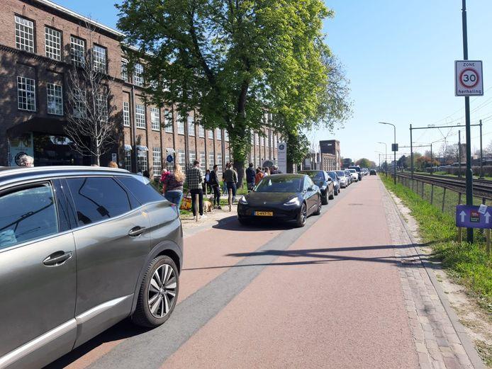 Een hele lange rij voor tompoezen bij Robèrt van Beckhoven in Oisterwijk