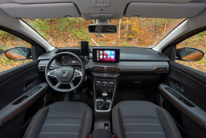 Het dashboard is overzichtelijk en helder ingedeeld, maar niet zo hightech als in een Renault.