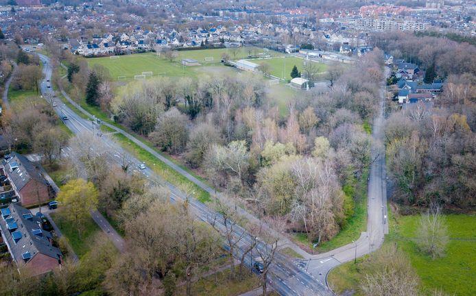 Het bosje waar het nieuwe tankstation komt, iets wat de PvdA en PvdD willen verhinderen. Het ligt op de hoek van de Laan van Westenenk (l) en Winkewijertlaan. Op de achtergrond de voetbalvelden van Columbia.