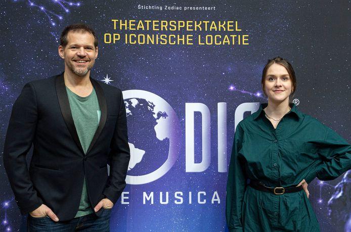 Actrice Dominique de Bont (r), die vanuit haar rol als Evi, heeft alle 8-jarigen in Breda gevraagd een tekening te maken over hoe hun ideale wereld er over 10 jaar uitziet. Links haar collega René van Kooten.