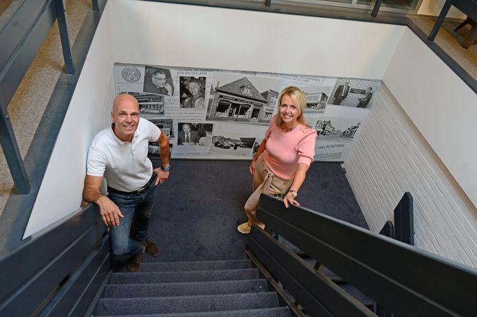 Allard en Ivet Schoemaker tegen een fotodecor van 100 jaar Van Kooten.