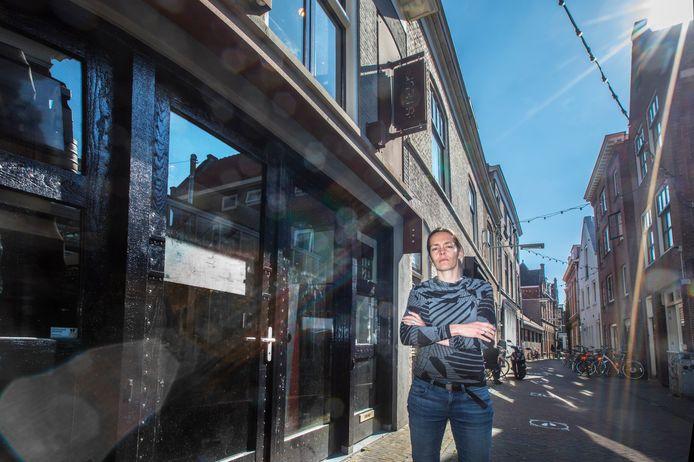 Fennie Kostense in de Kromstraat. Haar muziek café STECK blijft tot haar spijt nog wat langer dicht .