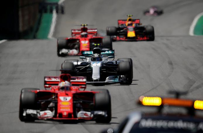 De Formule 1-wagens achter de safetycar.