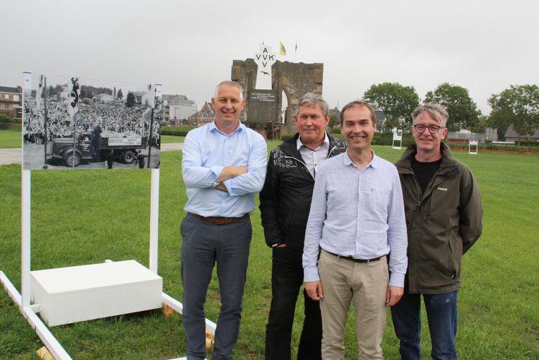Peter Mouton, Paul De Belder, Peter Verplancke en Sam Vanoverschelde bij één van de oude foto's op de plaats waar hij genomen werd.