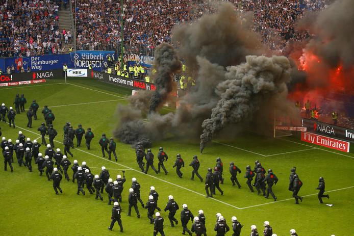 Supporters van het Hamburgse HSV gooien rookbommen nadat de club is gedegradeerd. Foto Morris Mac Matzen
