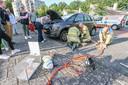 Medewerkers van de dierenambulance, wegenwacht en brandweer proberen met vereende krachten de beknelde kat te bevrijden