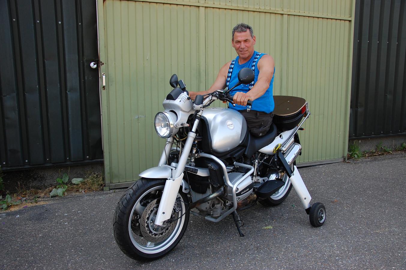 Karel Hanse op een motor die is uitgerust met het Feetless Biking System. In Nederland mag hij daar niet mee de weg op.