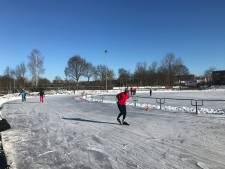 Rondjes draaien onder strakblauwe lucht; schaatsers bonden vandaag massaal de ijzers onder