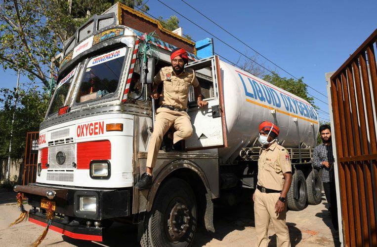 De politie begeleidt een vrachtwagen met zuurstof voor het ziekenhuis in de Indiase stad Amritsar. Beeld AFP