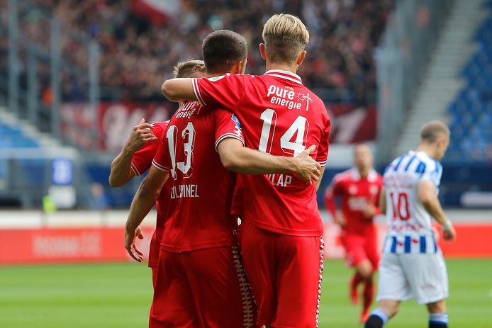 Michel Vlap (14) en Ricky van Wolfswinkel vieren de 1-0 voorsprong van FC Twente.