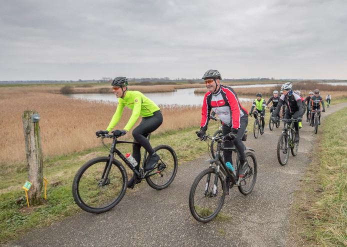 Verslaggever Timo vd Kasteele (geel jasje) test de nieuwe mountainbikeroute met zijn gids Koos.