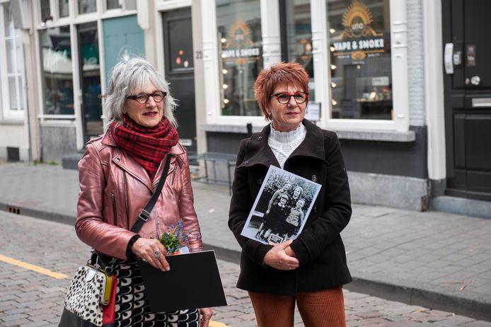 Marijke van Velde (links) en Esther Loonen voor het pand Kruisstraat 21 waar donderdag struikelstenen worden gelegd.