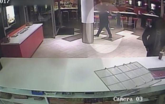 Graciëlla Gomes Rodrigues (21) uit Vlaardingen werd dood bij de Krabbeplas aangetroffen. De laatste beelden van haar in leven zijn gemaakt op een veiligheidscamera van KFC waarop ook een verdachte te zien is. Hier zien we de verdachte.
