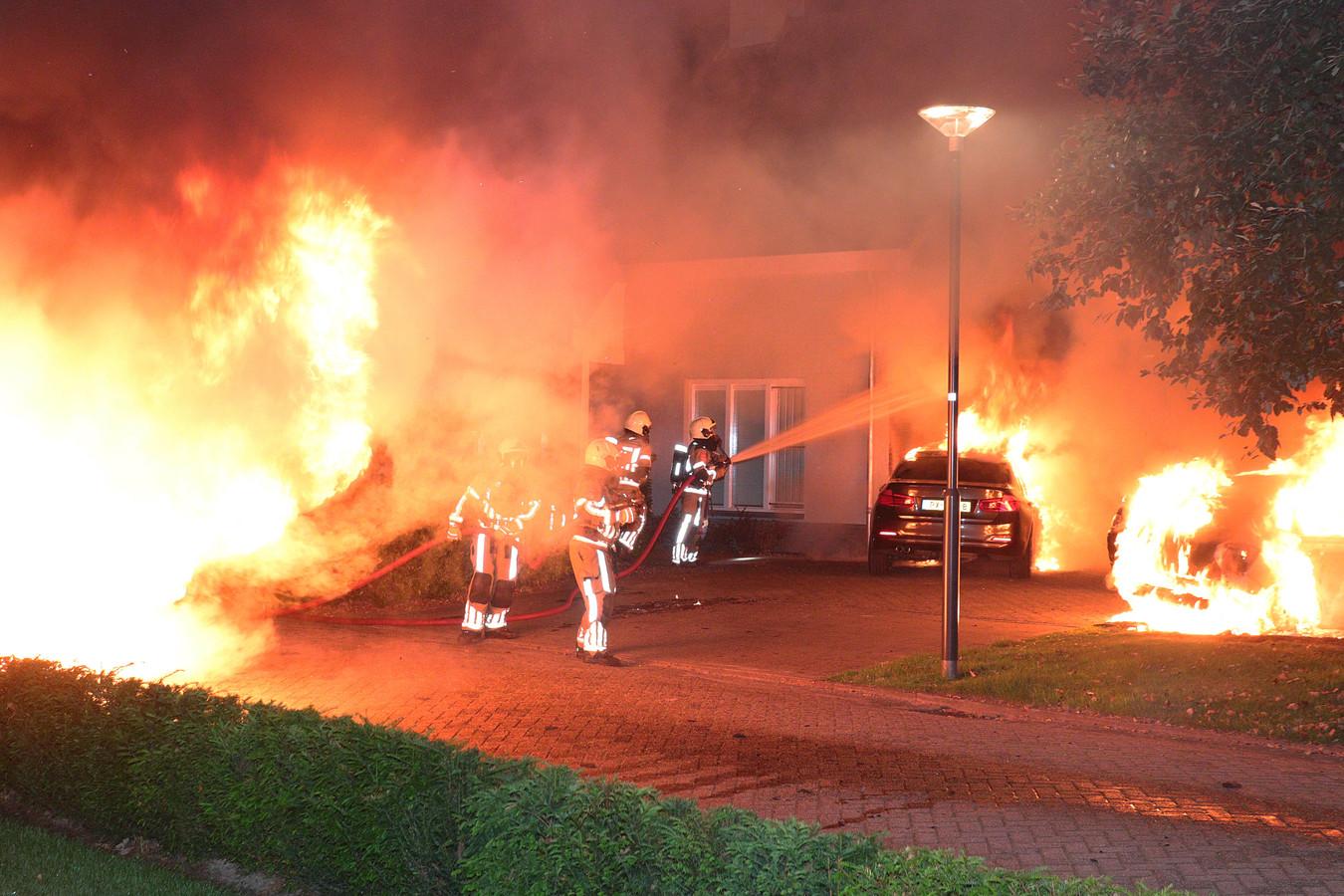 Bij de woning aan de Jan van Goyenstraat in Waalwijk stonden meerdere auto's in brand.