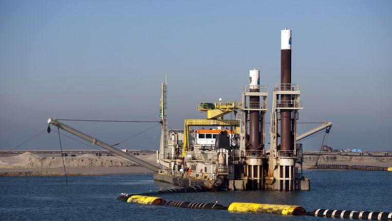 Foto uit 2011 van de aanleg van de kademuur van de tweede Maasvlakte, het uitbreidingsproject van de Rotterdamse haven. Beeld ANP