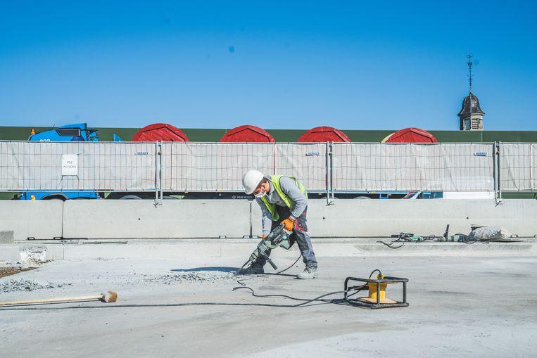 Een arbeider aan het werk op het viaduct van Gentbrugge. Beeld Wannes Nimmegeers