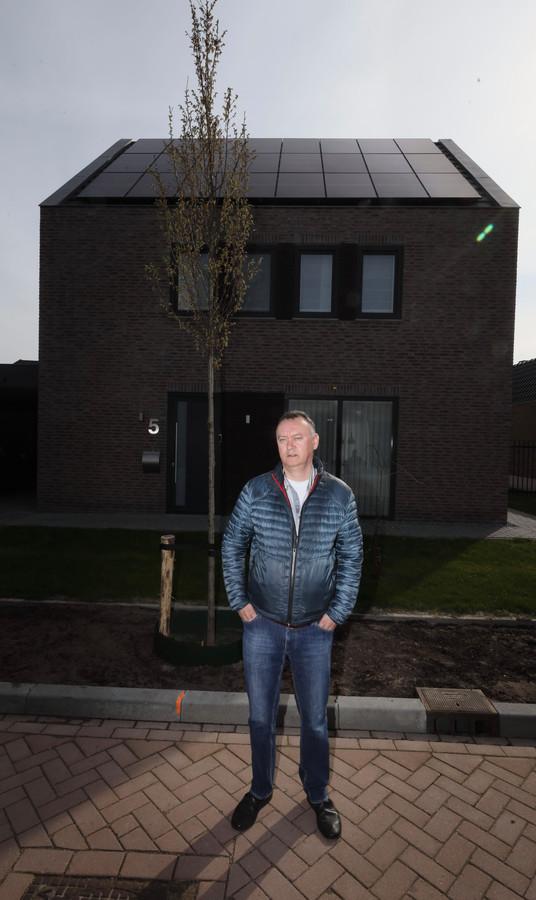 Geert-Jan van Otterdijk voor zijn woning in Someren