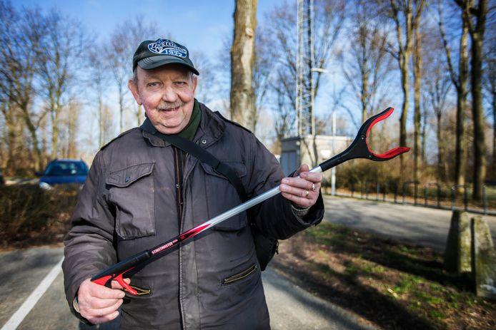Natuurliefhebber Rob Wiewel roept Zoetermeerders op ook zo'n vuilknijper te gebruiken tijdens hun wandelingen.