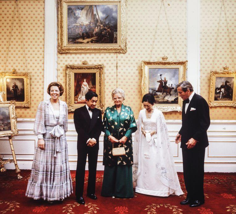 9 oktober 1971.  De Japanse kroonprins Akihito en zijn echtgenote keizerin Nagako wordt tijdens het Japanse staatsbezoek voor de lunch op paleis Soestdijk ontvangen door koningin Juliana, prinses Beatrix en prins Claus. Beeld Hollandse Hoogte