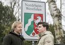 Theatermaker Laurens ten Den en YouTuber Bram Agterbos gaan de strijd met elkaar aan: hoe ver kom je met de Twentse taal in Duitsland?